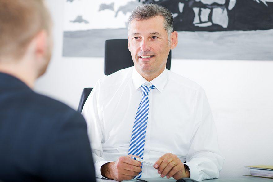 Steuerberater Ralph Burtschell berät einen Kunden
