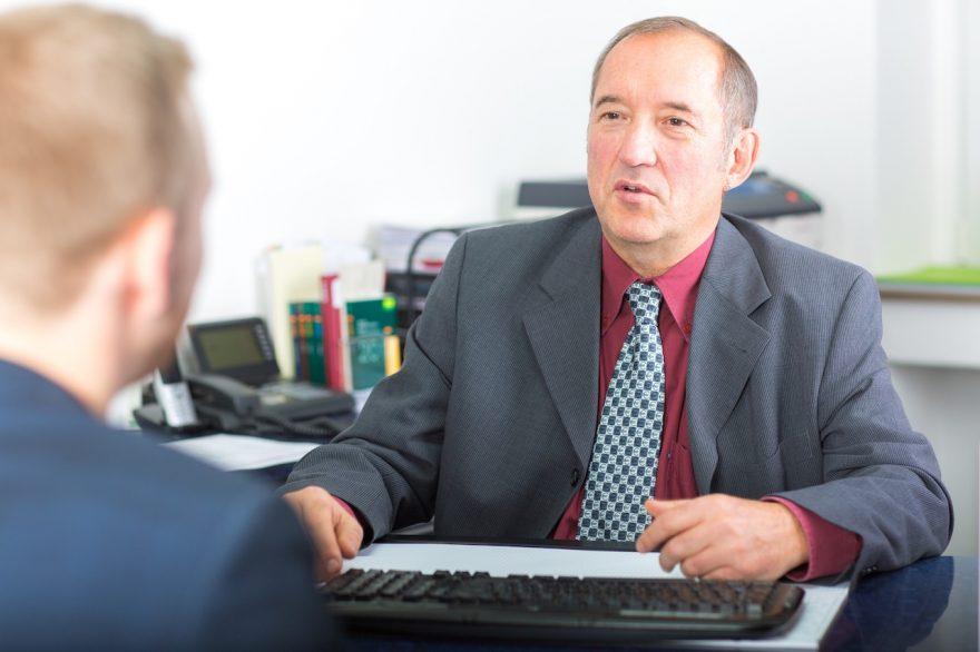 Steuerberater Klaus Burtschell berät einen Kunden